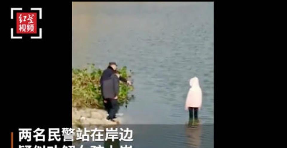 「老人跳河民警垫背」女孩在民警目视下跳河身亡?警方通报:停职调查!家属发声