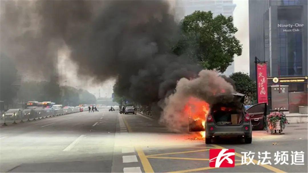 「惊险的近义」吓人!远大路一越野车起火,司机惊险逃生,现场浓烟滚滚