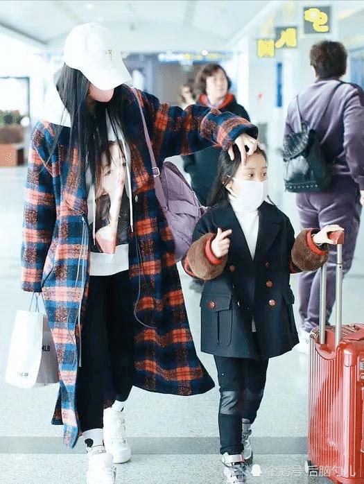 小璐帶女兒出鏡,仙女范十足,粉絲:很像爸爸!