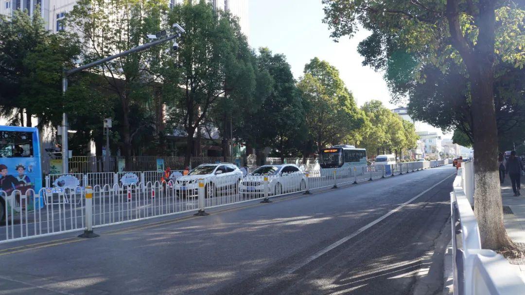 「过年去大理堵车吗」丽江城区主干道增设隔离栏后,更堵车了?事实是……