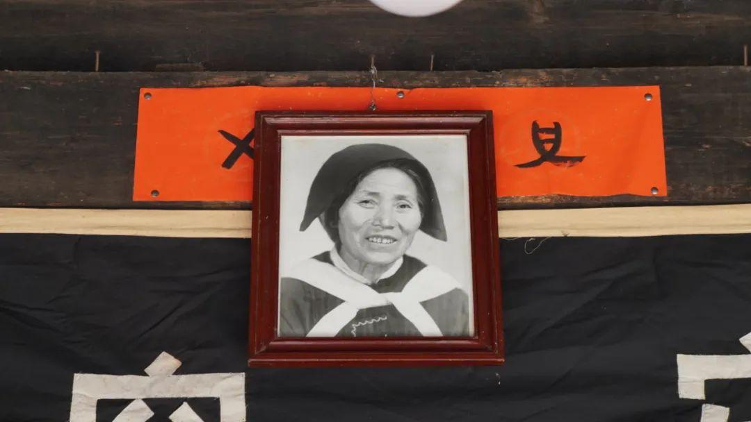 「带墨镜的都是什么人」104岁纳西奶奶离世,生前爱戴墨镜吃冰棒!丽江仅剩27位百岁老人!