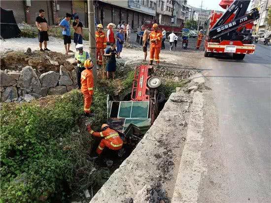 三轮车侧翻田沟,母子双双被困女子脚部严重受伤,村民消防员接力救援