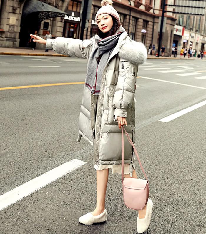 寒风冰冷的冬天,女人要这样穿羽绒服,才显得特别温暖又时尚