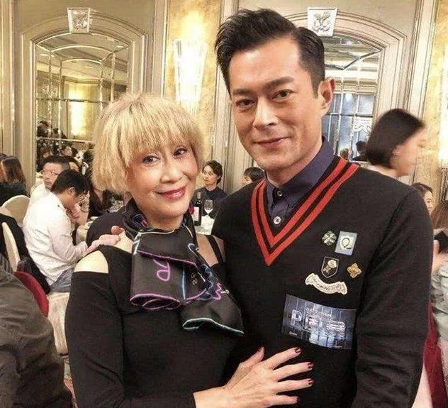 """68岁陈曼娜很会包装自己,虽是""""奶奶""""容貌,穿搭却很时尚!"""