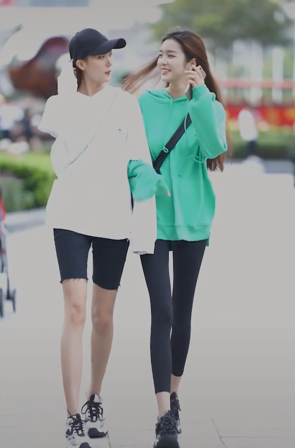 """闺蜜俩穿同款连帽卫衣出街,她因配上""""无痕木炭裤"""",腿细了一圈"""