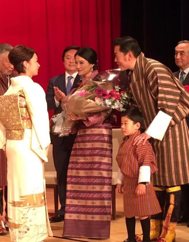 <b>不丹3岁小王子终于露面,穿传统服装现身日本招待会,超像王后</b>