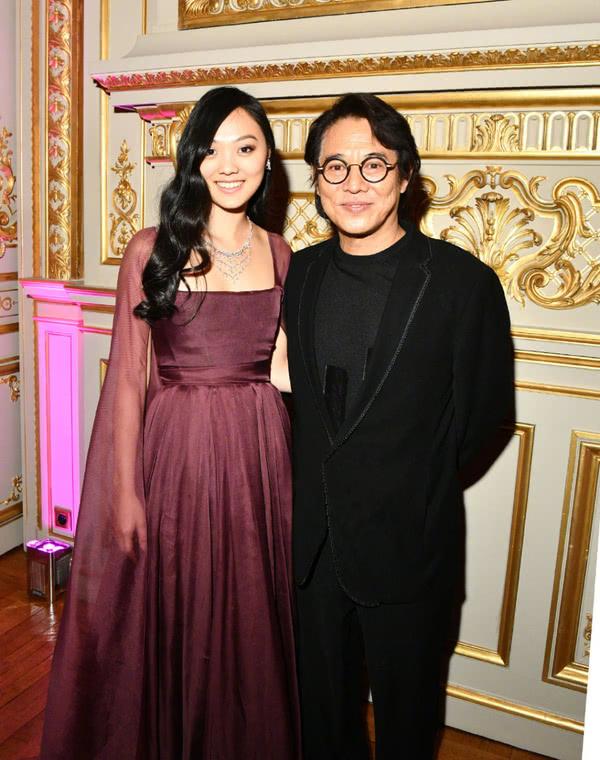李连杰邱淑贞女儿参加巴黎名媛舞会,同挽外国帅气男伴,惊艳全场