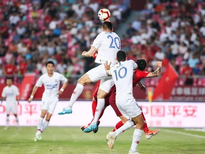 这个曾在亚冠不断蹂躏中超球队的韩国人,到底是如何踢球的?