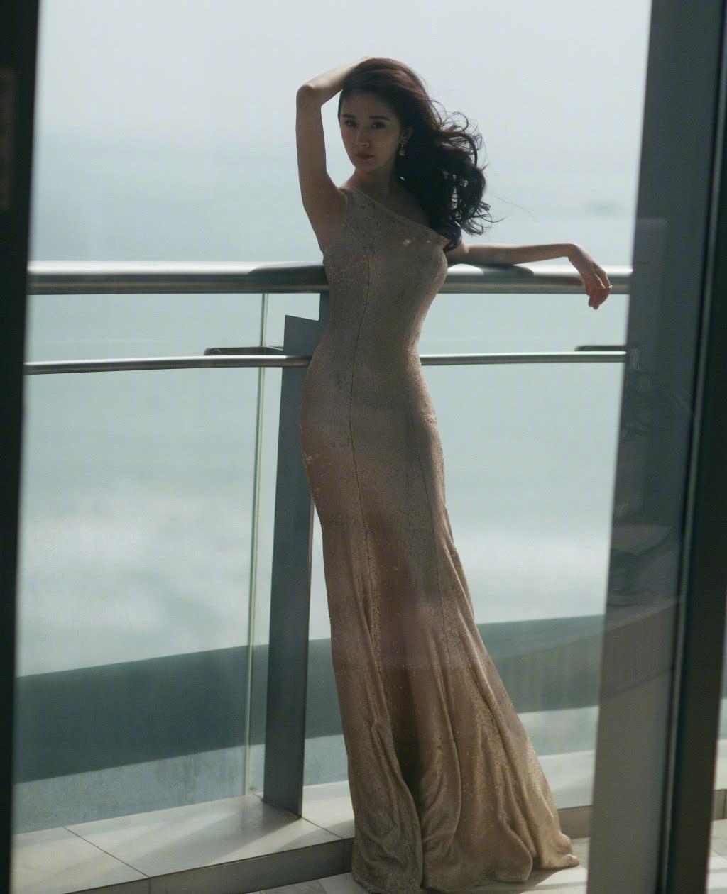 同穿香槟金长裙,杨幂修身款性感显身材,郑爽完全公主范儿