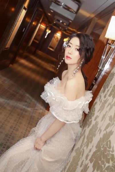 陈紫函婚后放开穿,低领礼服秀好身材,真羡慕她老公