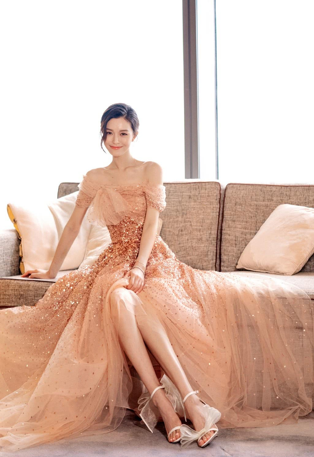 文咏珊穿亮片裸色长裙,秀紧致锁骨大长腿,对镜微笑美成大家闺秀