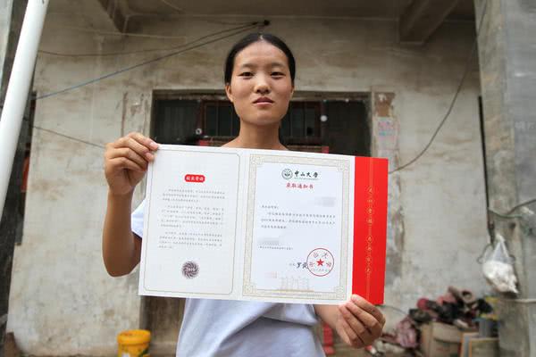 洛阳17岁农村女孩考上中山大学,为攒学费每天下地干活