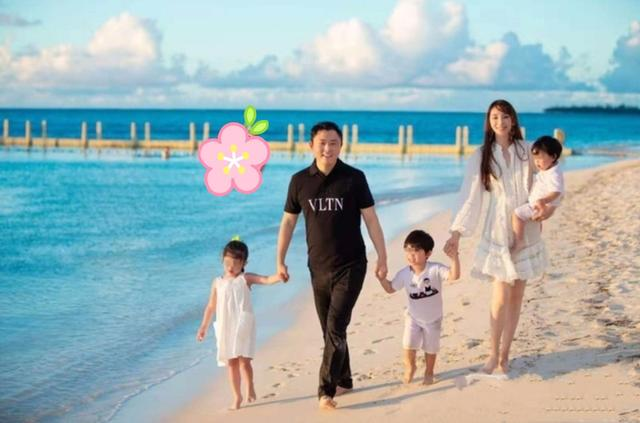 吴佩慈晒41岁庆生照,穿华丽礼服,抚摸五个月大孕肚,闺蜜成群