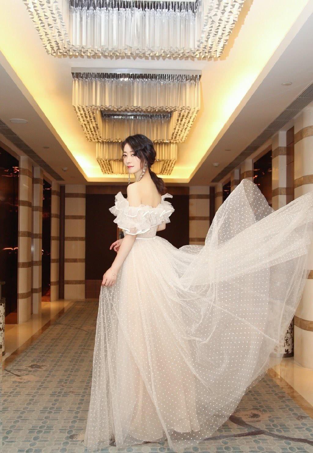苏有朋版《倚天屠龙记》她演殷离,41岁穿轻纱裙,肌肤胜似少女