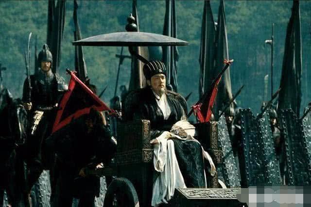诸葛亮手脚健全,为啥每次打仗都坐轮椅让人推着走?真相耐人寻味