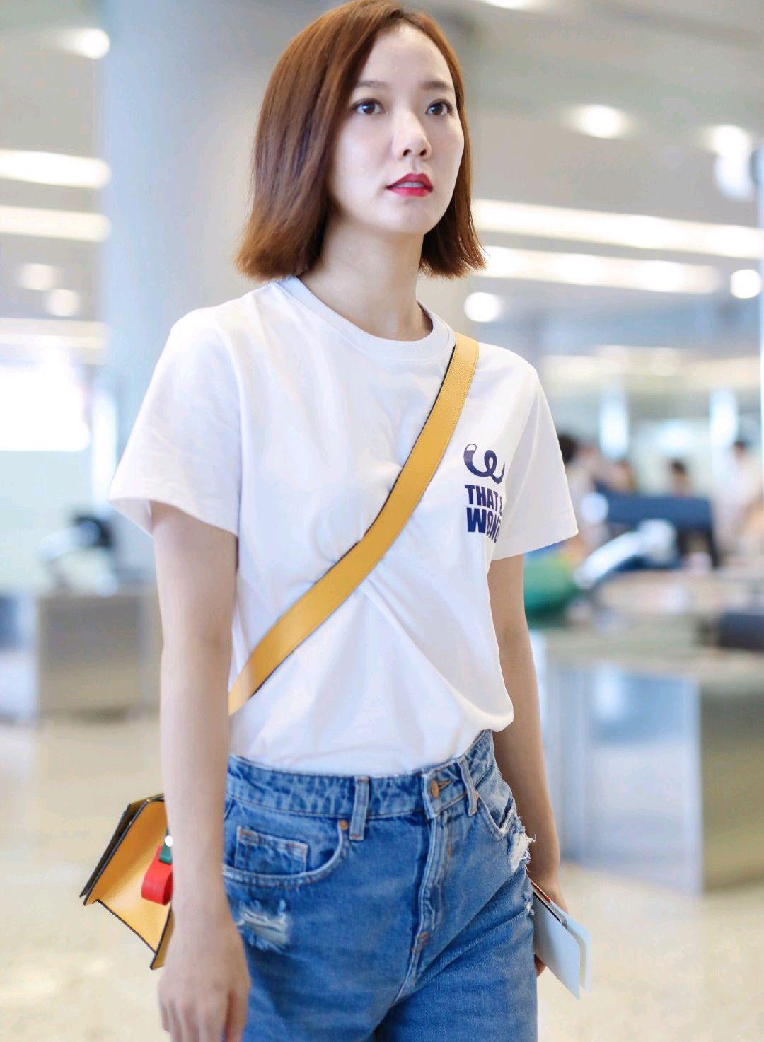 王珞丹短发造型很减龄,身穿白色针织衫搭配高腰阔腿裤,时尚高级