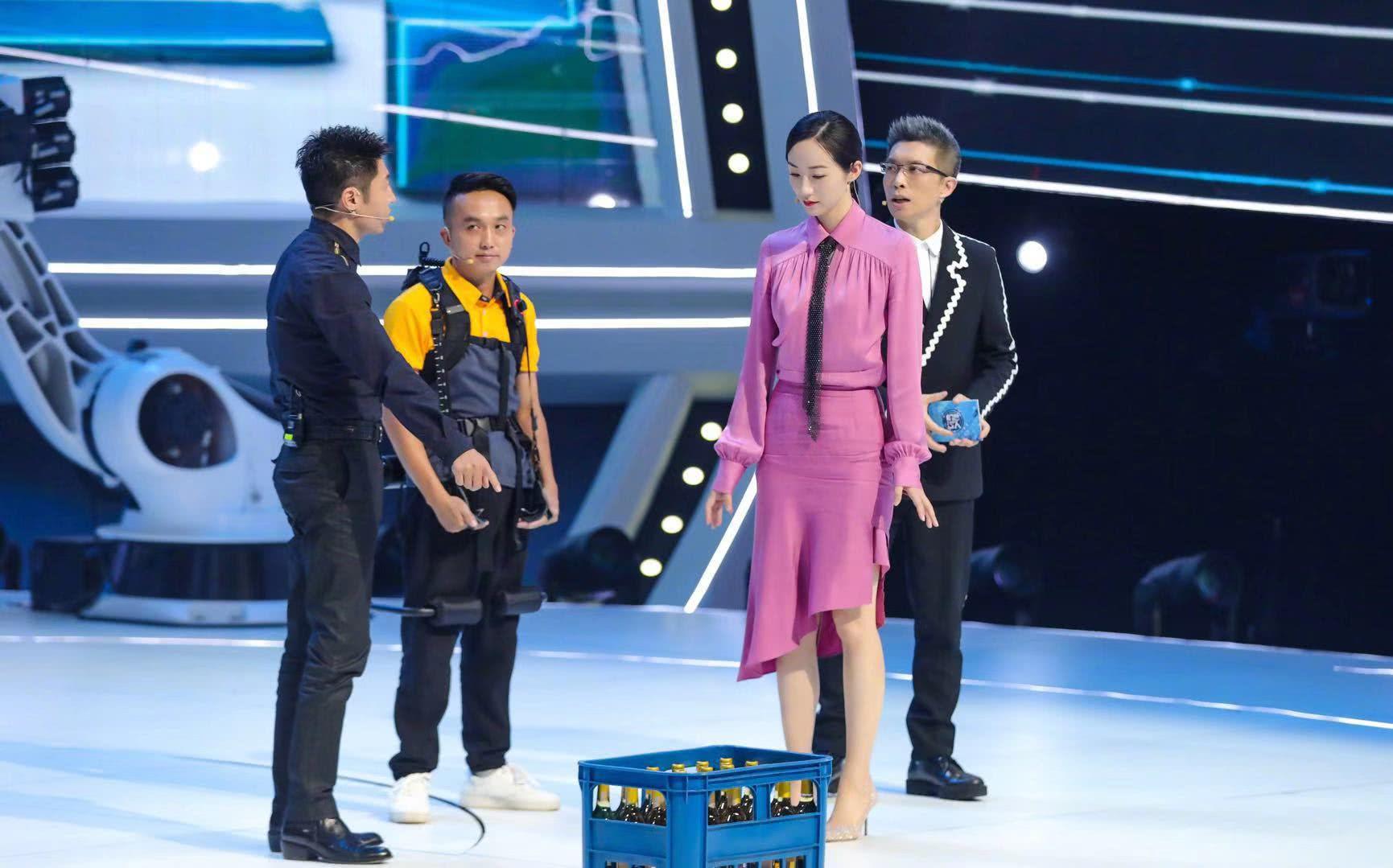 CCTV-1《机智过人》聚焦科技生活 韩雪亲自上台参加挑战