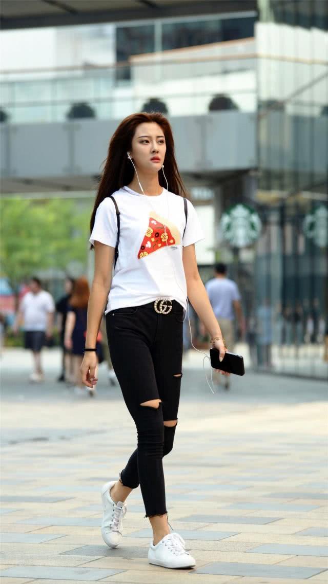 牛仔褲給人清爽利落的感覺,清新減齡又顯帥氣的風尚