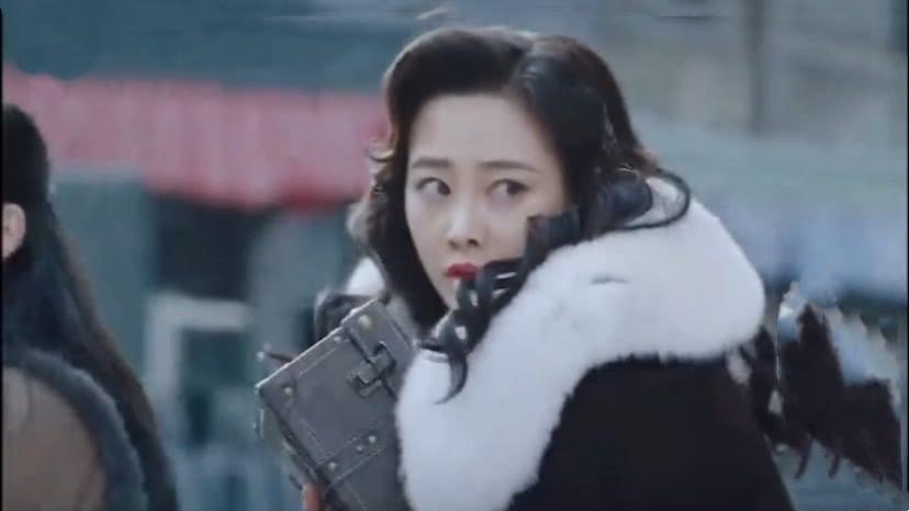 《新世界》柳如丝拿金条逃跑遭哄抢,萍萍护她被子弹击中,悲剧收场