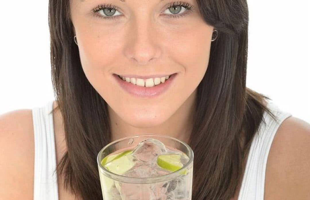 夏天天热,但女性在经期还是要少吃冰,不妨用红糖来煮温热水喝