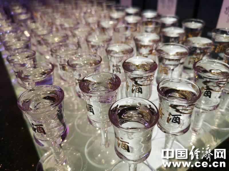 过量饮酒容易伤肝假期亲友团聚咱少喝点