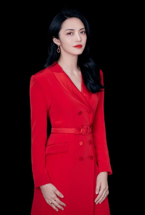 """姚晨曾是""""土剧代表"""",如今39岁穿红裙走红毯,气场无人能及!"""