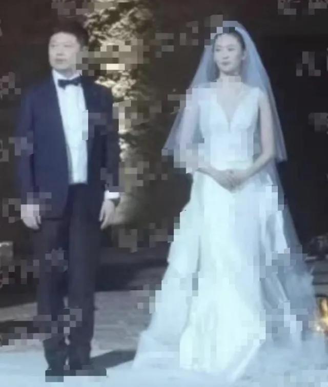 <b>章子怡当年那么想嫁豪门无果,和她撞脸的童瑶倒是嫁进去了</b>