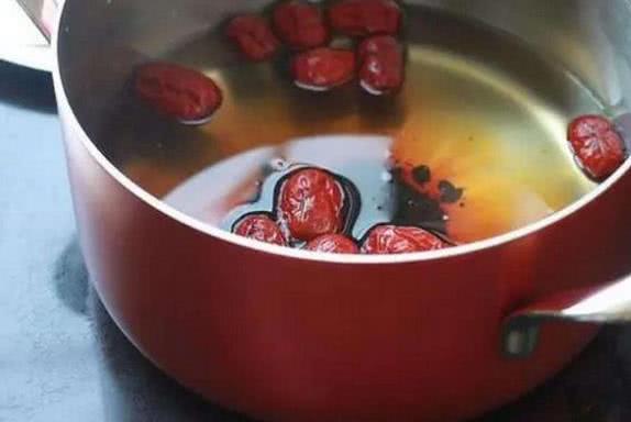 没事用红枣泡水喝,4个好处不能小觑,女人更需要它!