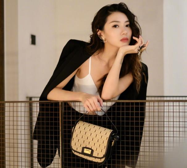 郑凯前女友程晓玥,露脐衣披西装外套成熟干练,如今完全变样了
