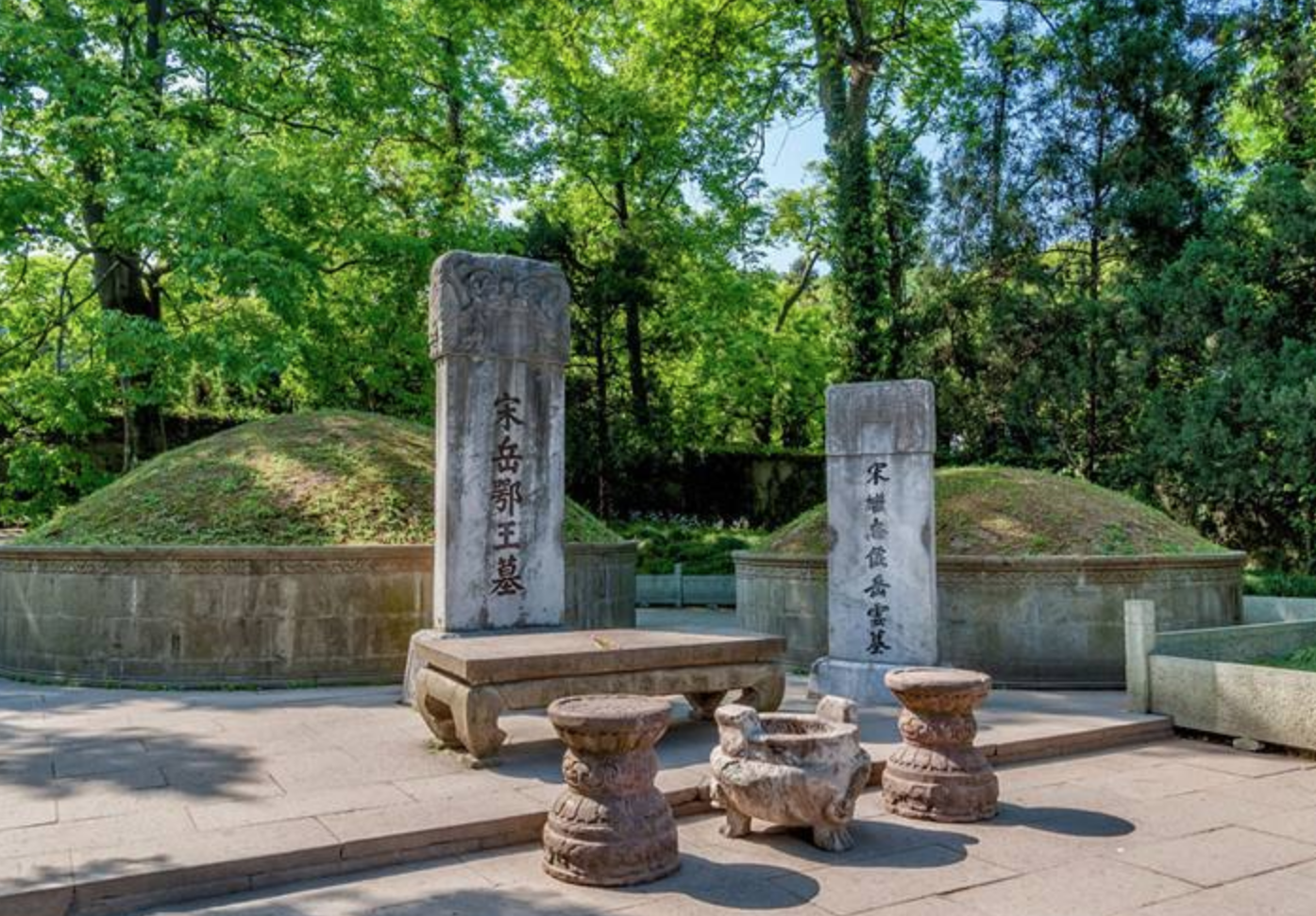 岳飞墓面前跪着五个铜像,除了秦桧夫妇之外,还有三个真小人