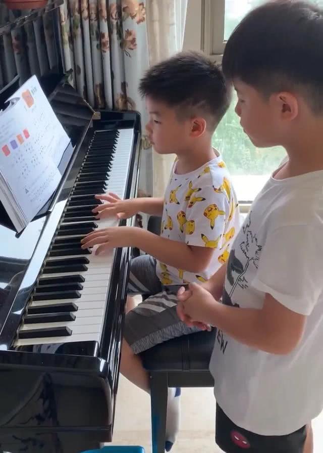 """安吉教弟弟弹钢琴称职又严厉,小鱼儿出错被""""凶""""表情委屈又好笑"""