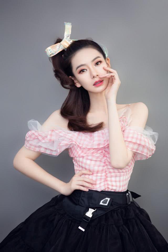 戚薇在扮嫩的路上真停不下来,格子吊带蓬蓬裙,怎么显年轻穿什么