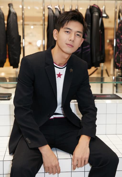 李现参加活动与女明星合照,看到他搂着的是谁,网友都羡慕了