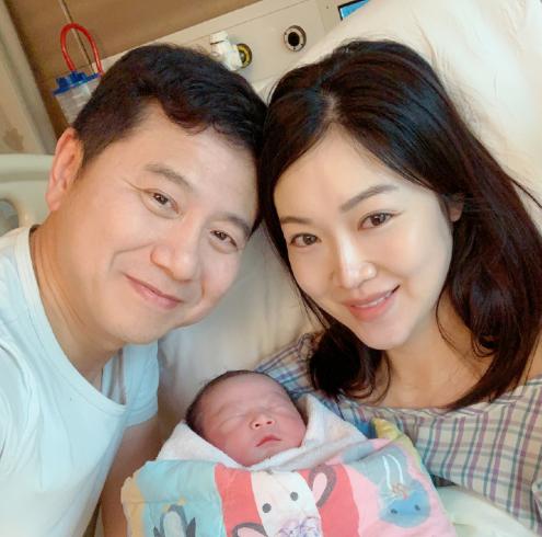 趙薇老公前任葉翠翠誕下第三胎兒子,連續生三個兒子的女星誰最幸福?