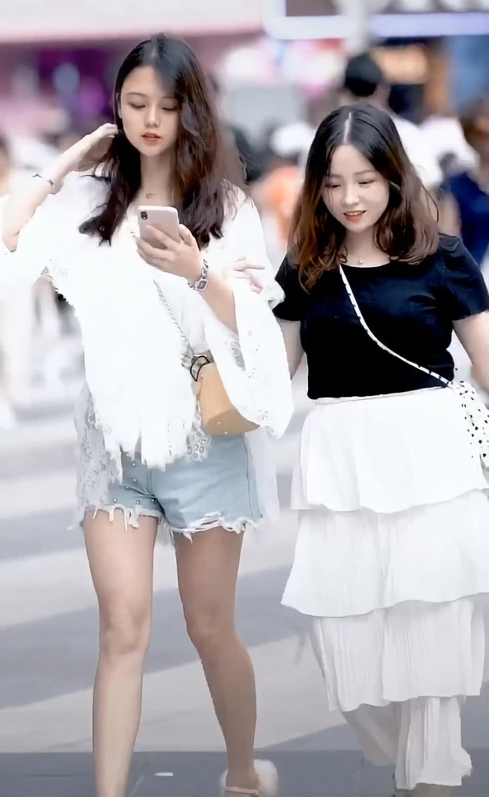微胖女孩谁给她的勇气?穿4条裙子和大长腿闺蜜去逛街,脸赢了!