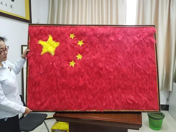 江苏一动物园用鸟类羽毛拼成五星红旗:象征祖国的温暖