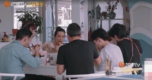 中餐厅众人吃早饭杨紫为何起身离开?得知真实原因,粉丝心疼了!