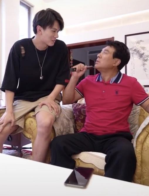 朱时茂晒日常视频,却凭空冒出一双高颜值儿女,还亲自教她化妆?