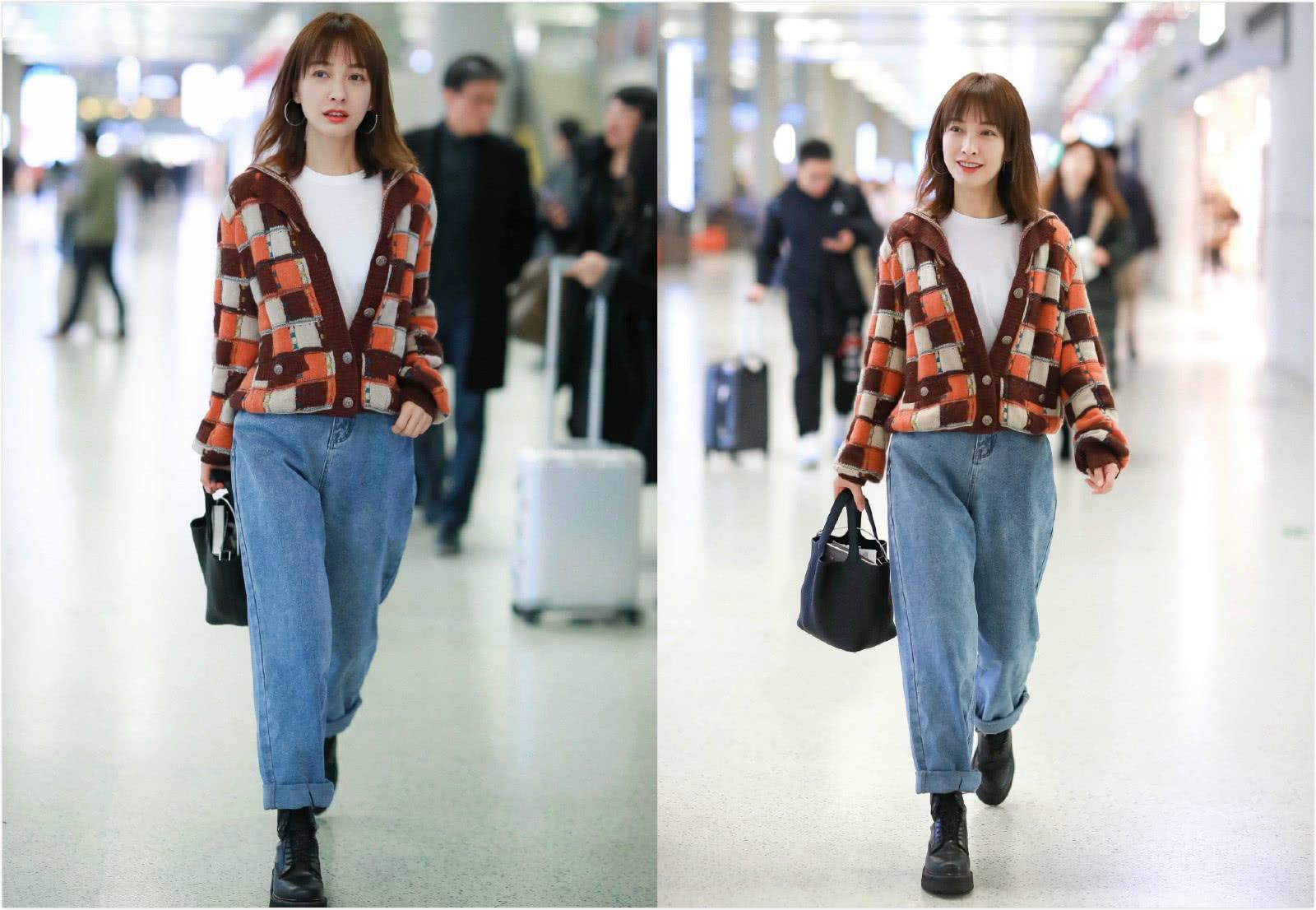 37岁吴昕现身机场,穿格纹针织衫配牛仔裤,提水桶包休闲又时髦