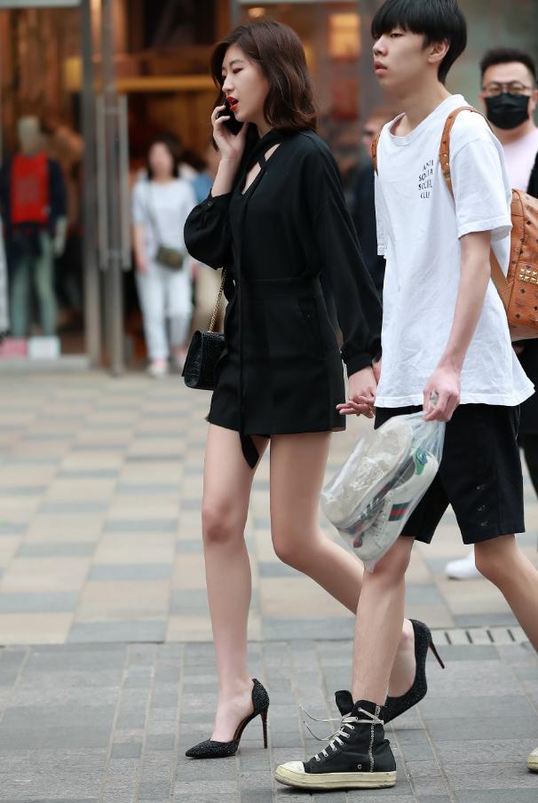 这样的男友哪里找?自己的匡威旧到发黄,还帮女友提古驰小白鞋!