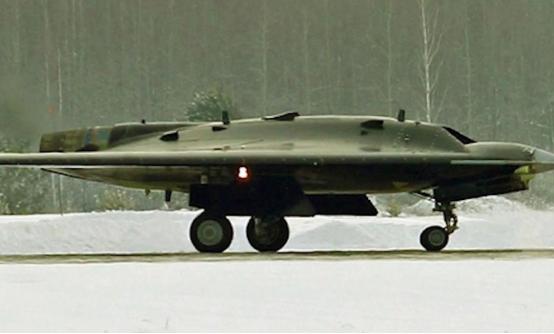 山寨美国货?苏-57战机搭档试飞,飞翼式外观引人注目