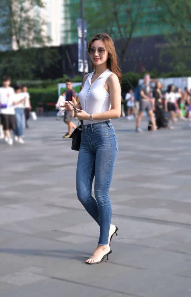 <b>给人一种青春的活力感,牛仔裤时尚有型,更有几分清爽的感觉</b>