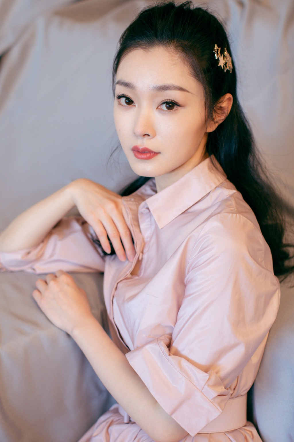 """<b>她是公认的""""旗袍美女"""",换上粉色衬衫裙,清纯减龄像换了个人</b>"""