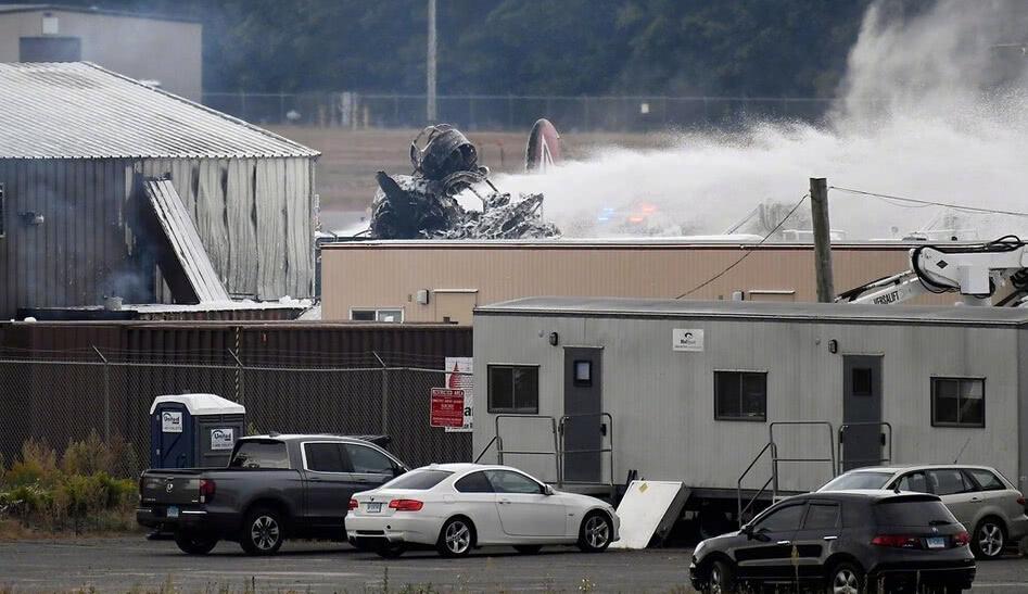 美本土再传巨响,一架轰炸机冲向机库,火光冲天,7人命丧当场