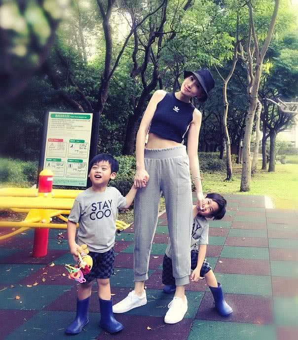林志颖娇妻带双胞胎儿子量身高体重,兄弟俩一个像爸一个像妈太萌