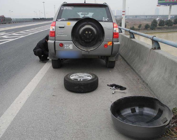 夏天汽车胎压调多大最安全?老司机给出这个数:瞎调离爆胎不远了