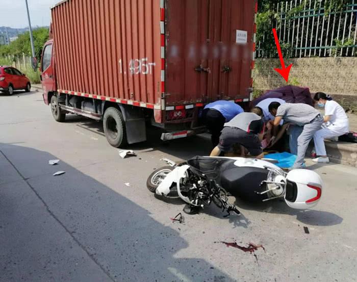 <b>电瓶车加装太阳伞快速行驶 撞上货车后破损严重</b>