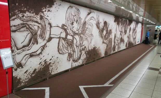 日本地铁站出现动漫海报,仔细一看居然是泥巴画的?