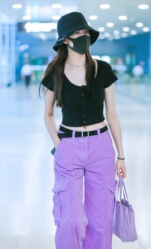 """""""紫薯色""""工装裤第一次见,普通人不敢穿,但宋妍霏穿得帅气个性"""
