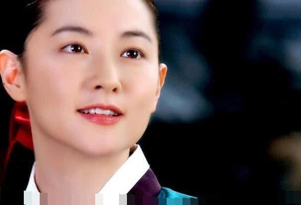 韩国国民演员李英爱,45岁当韩国小姐评委不输20岁韩国小姐